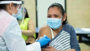 Kvinna i USA vaccineras mot Covid-19.
