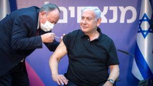 Israels premiärminister Benjamin Netanyahu får den andra dosen av vaccin mot covid-19 på en klinik i Ramat Gan i Israel.