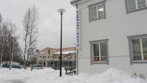 Hus i vitt, snö på marken
