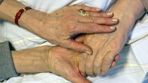 Händer som håller i varandra.
