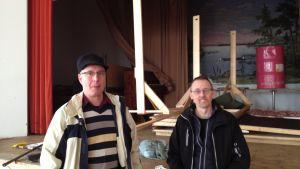 Henrik Ingo och Nils Renkonen hoppas festsalen snart ska vara i skick igen.