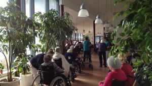 De boende på Solgård lyssnar och dansar till levande musik av Korsholmsgillet.