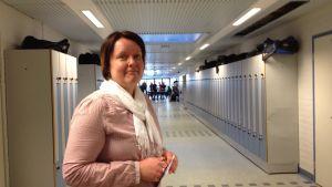 Rektor Annika Snickars i den korridor där en del av gymnastikundervisningen ordnas.