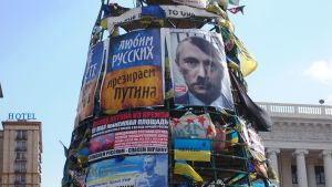 Kiovan Itsenäisyydenaukiolla Vladimir Putin on saanut Hitler-viikset.