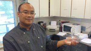 I Molpe skola kokar kocken René Michelsson 20 liter vatten