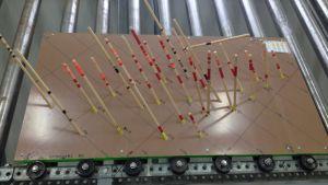 """Kelibers """"karta"""" över provborrningarna som har gjorts vid Syväjärvi. Plattan är marken, pinnarna visar hur borrhålen går, de röda markeringarna visar var man hittat bra malm."""