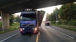 Långtradare körde fast i bro på riksväg 25 i Ekenäs.