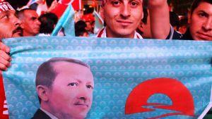 Recep Tayyip Erdoganin kannattajat juhlivat vaalivoittoa elokuussa Ankarassa.