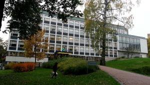 Det är högt i tak och låga trösklar vid Arbis i Helsingfors.