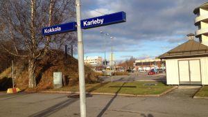 Karlebys nya resecenter ska byggas mellan Järnvägsgatan och järnvägsspåret. På Järnvägstorget blir det bostäder och affärer.