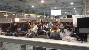 Studerande sitter i en ring och diskuterar