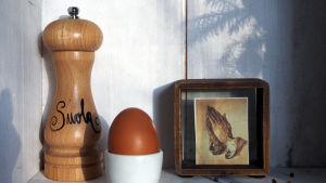 suolamylly, kananmuna, rukoilevat kädet