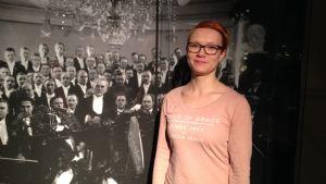 Museipedagog Unna Toropainen på den nya Sibeliusutställningen