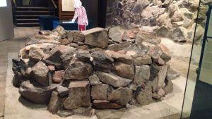 Brunnen från medeltiden i Aboa Vetus & Ars Nova. Både i verkligheten och i miniatyr