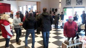 Folk på marknad i Korsnäs byagård