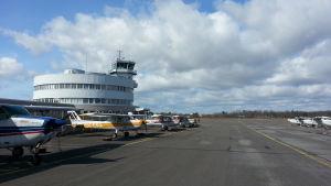 Malmin lentokenttä ja rakennus, pienlentokoneita kentällä