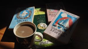 Lastenkirjoja ja kahvikuppi
