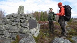 Henric Öhman och Niclas Fritzén vid ryssgraven på Valsörarna