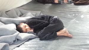 Sjuk pojke i serbiskt tält.