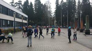 Koululaisia välitunnilla Helsingin ranskalais-suomalaisen koulun pihalla.