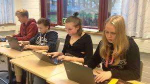 elever arbetar vid bärbara datorer
