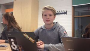 pojke jobbar vid bärbar dator