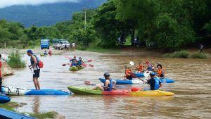 Turistit kanoottiretkellä