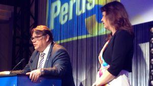 Sannfinländarnas partiledning i talarstolen på valvakan 2015