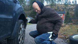 Heikki Soini vaihtaa autonrenkaat