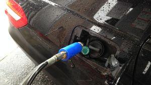 Bränsle tankas i bil