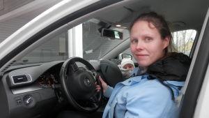 Malin Finskas i Jeppo kör gasbil, i bilstolen sonen Gabriel