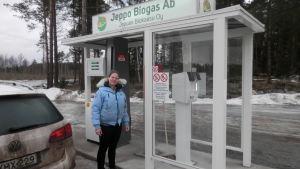 Malin Finskas vidt tankningsstället vid Jeppo Biogas i Jeppo
