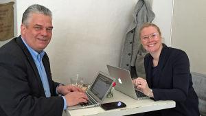 Johan Sundström och Johanna Stenback utreder förutsättningarna för ett kreativt centrum i Vasa.