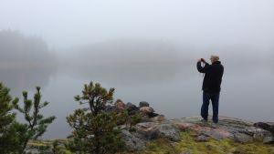 Caj Bremer kuvaa sumussa Kaptensuddenissa. Kuva dokumenttielokuvan Caj Bremer, valokuvaaja kuvauksista.
