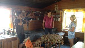 Sofia Jansson intervjuas inne i huset på Klovnharun