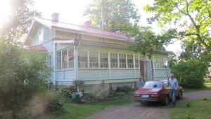 Kaspers röda Saab på gården till Villa Birka i Runsala i Åbo