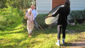 Eva och Lasse Ingman krattar gården på Villa Birka