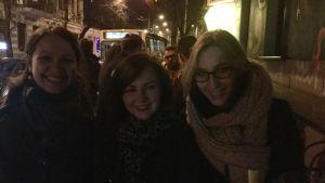 Marija, Gabrielė och Ona utanför en bar i Litauen.