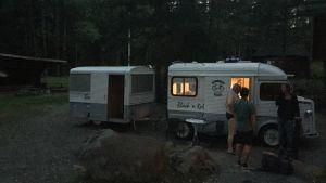 Natt vid Vesa Peuras egenhändigt byggda husbil en knappt fyra meter lång skåpbil