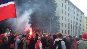 HIFK fans med facklor i Tölö
