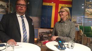 Ålands talman Johan Ehn och Maria Lohea diskuterar