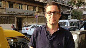 Redaktör Antti Kuronen på en gata någonstans i Syrien.