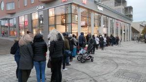 Långa köer ringlade sig framför Jakob Center flera timmar före öppningsdags