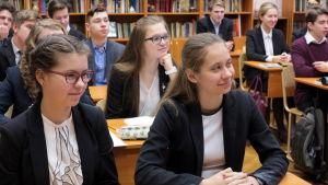 Tiondeklassare i en skola i Sankt Petersburg lär sig om ryskspråkig litteratur.