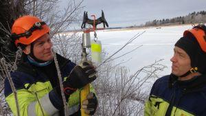 Daniel Yrjans och Matts-Erik Hagstrand installerar fågelskydd i Grönvik, Korsholm.