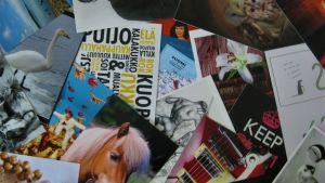 läjä postikortteja