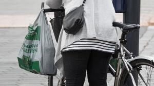 Nainen ruokakassi polkypyörä