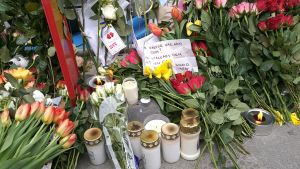 Blommor på Drottninggatan i Stockholm.