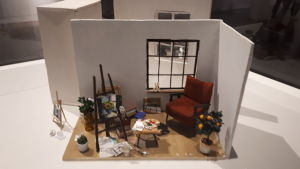 Emmi Katajas miniatyr av ett konstnärsrum.