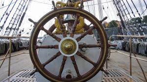 Fartygsroder på den stora barken Sedov.